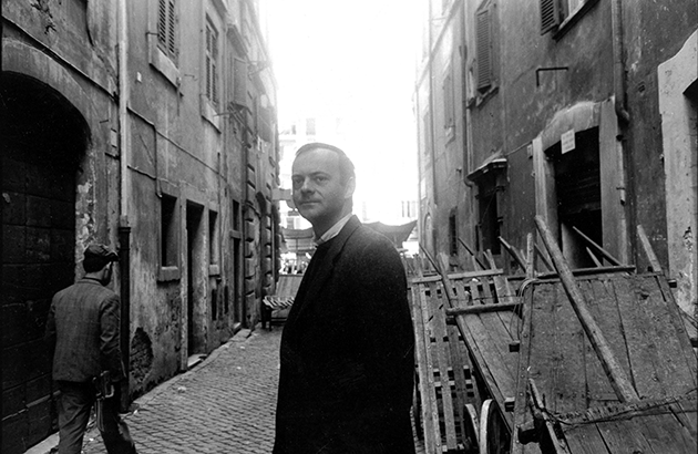 Mario Dondero, Portrait of Cy Twombly in the streets of Rome, 1961, photograph. © Mario Dondero / Bridgeman Images.