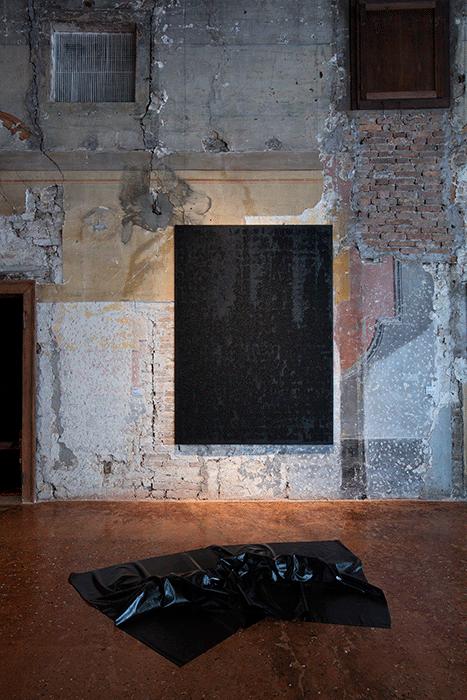 Installation shot: Venice, Palazzo Fortuni, Quand fondra la neige où ira le blanc, 4 June - 10 October 2016. Wall: Glenn Ligon, Mirror #2. Floor: Robert Breer. Image: © Antonio Maniscalco