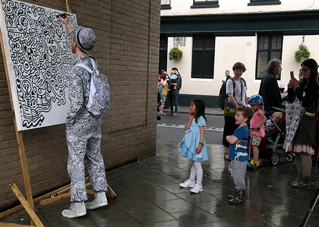 As part of the Brockley St Art Festival, The Doodle Man demonstrated his OCD Obsessive Compulsive Doodling to hundreds who gathered to watch him in action. 2017. London, UK. Image: Paul Quezada-Neiman/Alamy Live News.